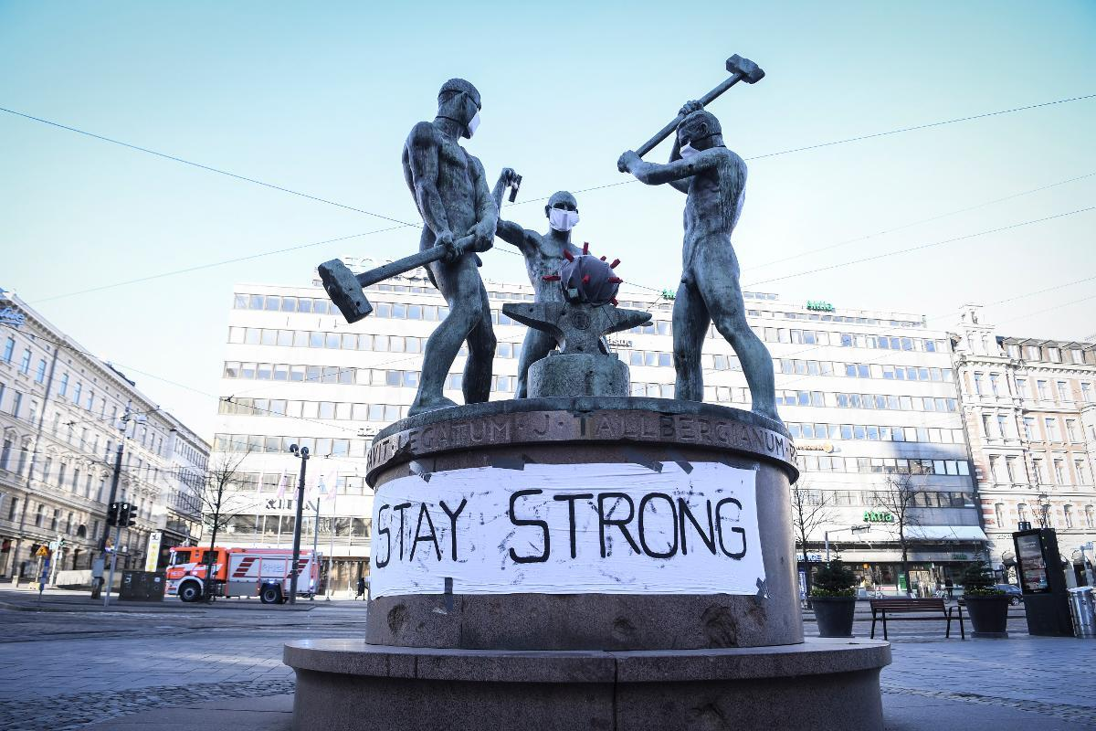 A banner at the Three Smiths Statue reads 'Stay Strong' in Helsinki, Finland, 31 March 2020. According to the Finnish Institute for Health and Welfare, THL, Finland has registered at least 1,615 COVID-19 cases, the disease caused by the novel coronavirus SARS-CoV-2. Kuva: epa08334291