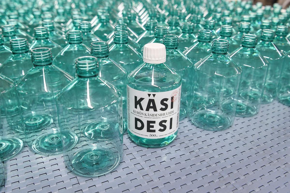 No more gin tonics, it's sanitizers now. A labeled bottle full of hand sanitizer among countless unlabeled and empty bottles at the distillery of the Kyro Distillery Company, known for producing the popular Kyro Gin. Kuva: epa08352779