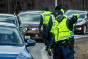 Police says there was an increase in traffic at the Uusimaa border over the Easter weekend, with 13,743 vehicles trying to get in or out of the region on Monday alone. Police was controlling the region's border on Tuesday. Kuva: Mauri Ratilainen