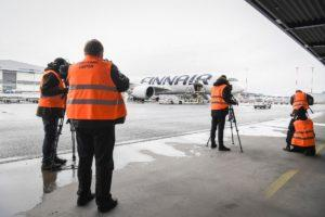 Media representatives watch a plane of Finnair with special medical face masks and other medical equipments from China arriving to Helsinki-Vantaa airport, Vantaa, Finland, 15 April 2020. Countries around the world take measures to stem the widespread of the SARS-CoV-2 coronavirus which causes the COVID-19 disease. Kuva: epa08363965
