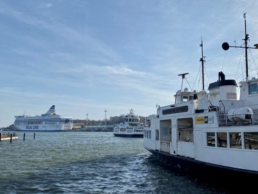 Ferry travel from Helsinki to Sweden is still impossible due to the pandemia caused by coronavirus. The small ferry to Suomenlinna island is a part of Helsinki's internal transport network. Kuva: Matti Posio
