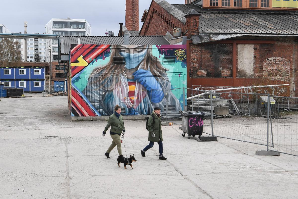 A view of a mural depicting a superhero character in protective gear, painted by a group of street artists in Helsinki, Finland, 26 April 2020, to pay tribute with to people working on the frontline of the coronavirus crisis. Kuva: epa08385467