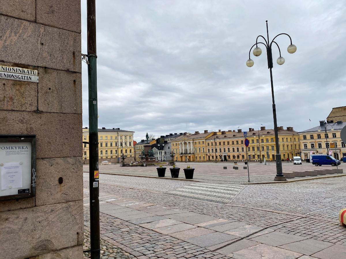 Helsinki's Senate Square is still an empty sight without the tourists that used to take selfies with Russia's Alexander II's statue before the corona pandemic. There was hardly anyone on the square on a cold Monday evening. Kuva: Matti Posio