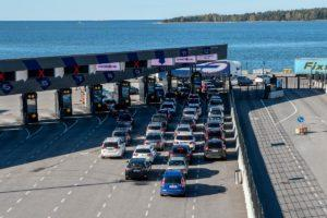 Eckerö Line is again moving passengers and cars between Helsinki and Tallinn, as the Finnish-Estonian twin city is returning towards normal life. Cars seen in lines in Helsinki harbour. Kuva: Kimmo Penttinen