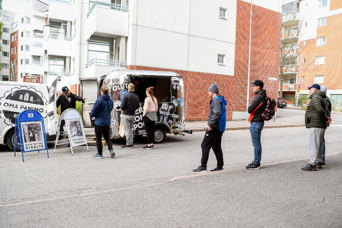 People keep social distance as they queue in front of a mobile trailer selling local beer in Espoo, 14th May. Finland's restaurants, cafes and bars are supposed to open again for business from next Monday 1st June. Kuva: epa08422241
